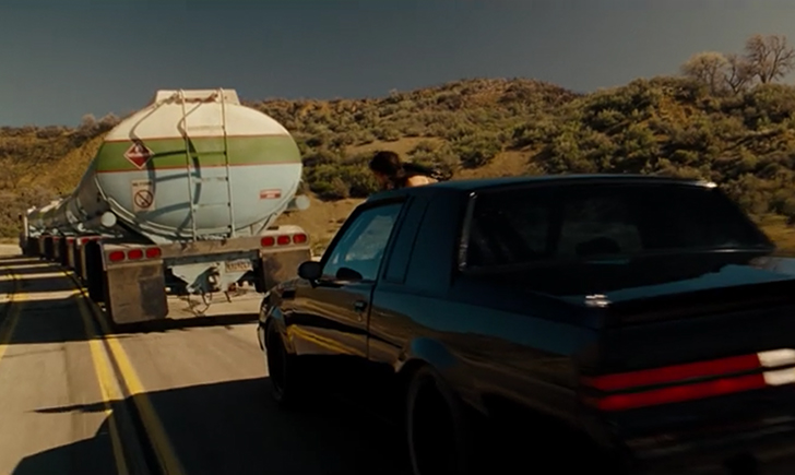 ガソリン運搬車を襲撃