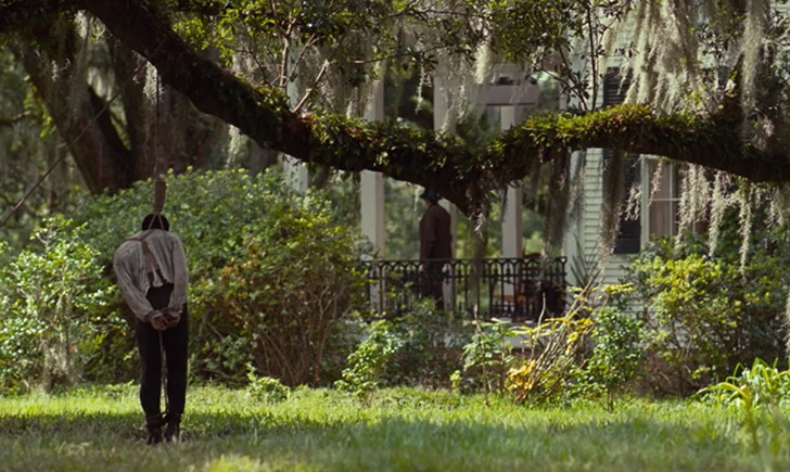 木に吊るされる